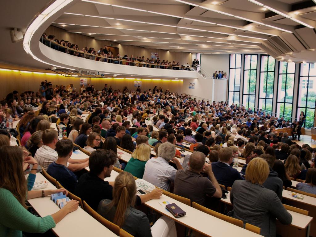 Hörsaal 10 der Universität Passau  gefüllt mit Menschen bei den Passauer Politiktagen